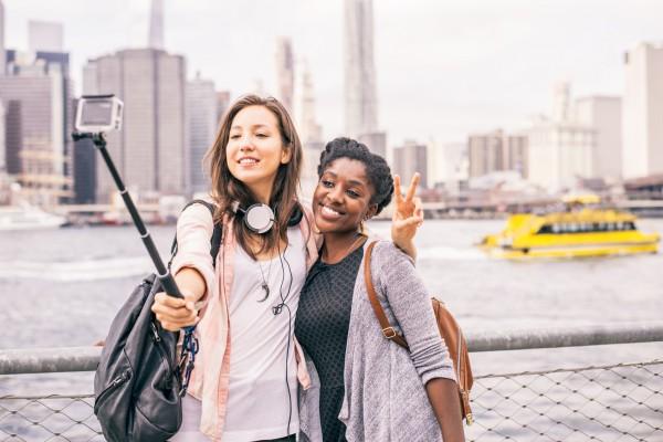 jeunes étudiantes faisant un selfie devant Manhattan
